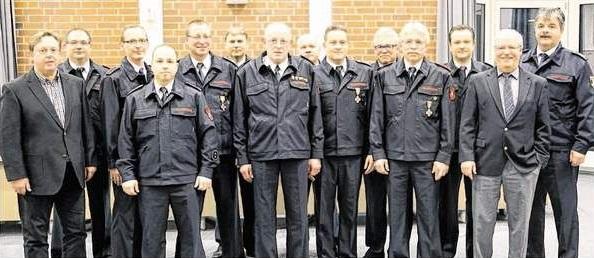 Die geehrten Wassenberger Feuerwehrmänner zusammen mit Kreisbrandmeister Klaus Bodden und Bürgermeister Manfred Winkens (v. r.) sowie Fachbereichsleiter Manfred Sieg (v. l.).