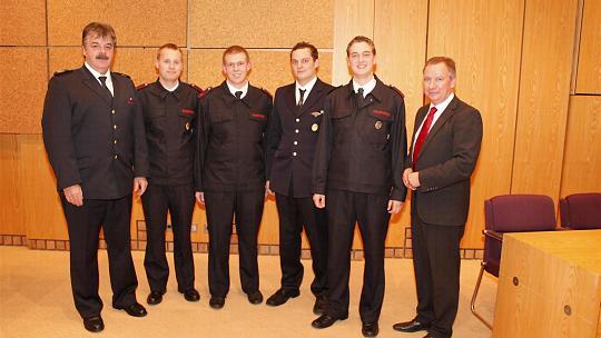 Besondere Anerkennung galt den besten Absolventen des Truppführerlehrgangs, denen Landrat Stephan Pusch (rechts) und Kreisbrandmeister Klaus Bodden (links) gratulierten. Foto: CvdSt