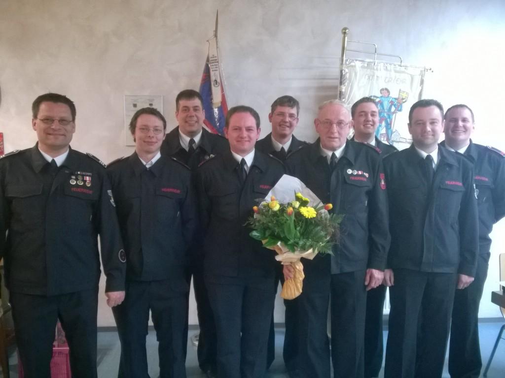Die geehrten und beförderten Mitglieder der Löschgruppe Orsbeck mit Löschgruppenführer Claus Vaehsen (links) , stellvertretendem Löschgruppenführer Matthias Frankowiak (rechts) und stellvertretendem Wehrleiter Frank Vondahlen (2. von rechts)